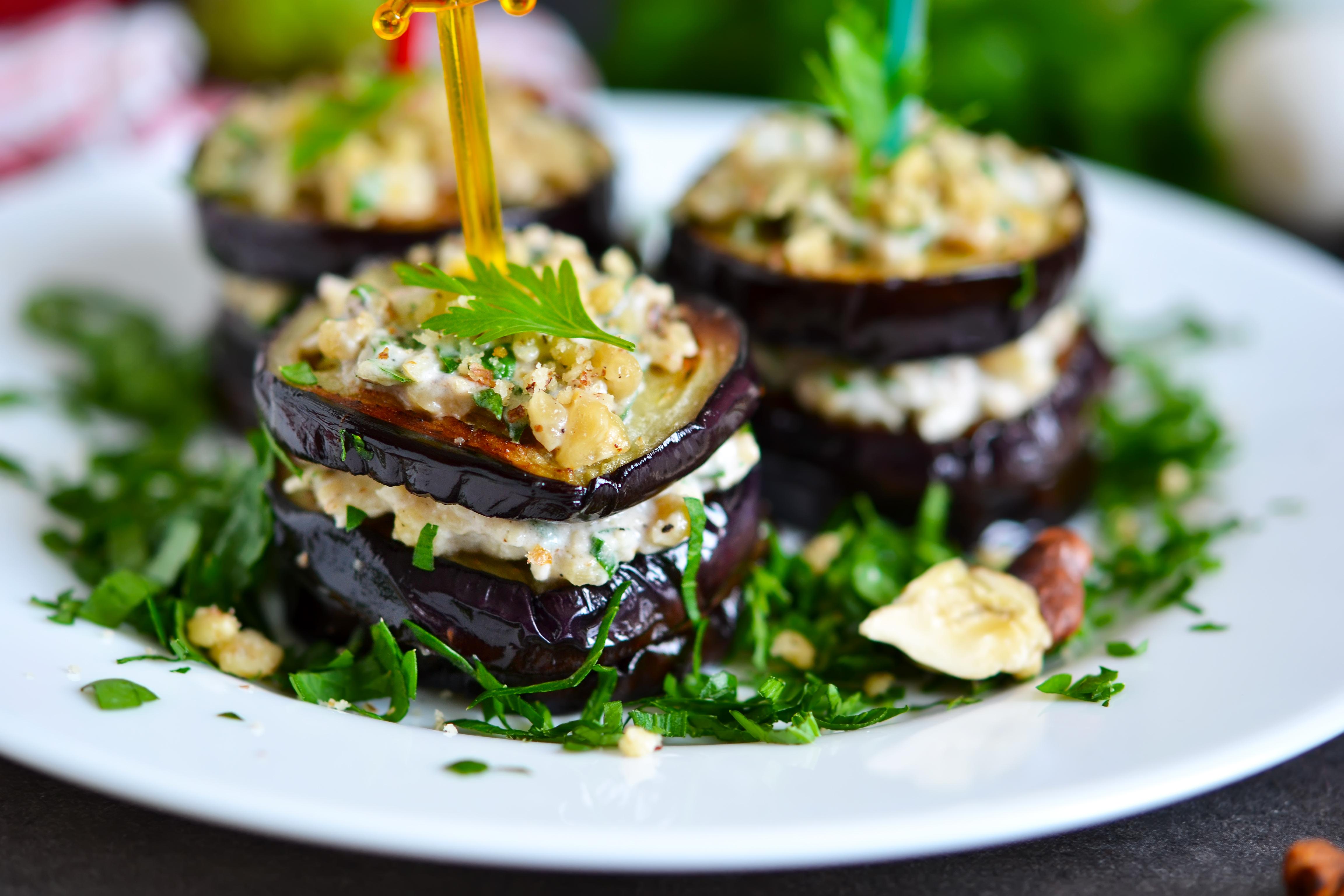 Закуска из баклажанов с орехово-чесночным соусом– рецепт пальчики оближешь!