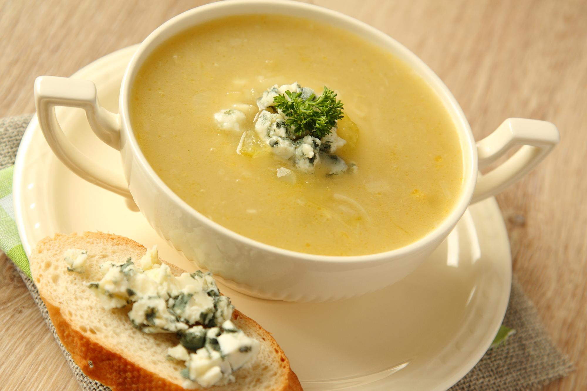 Луковый суп с сельдереем и голубым сыром
