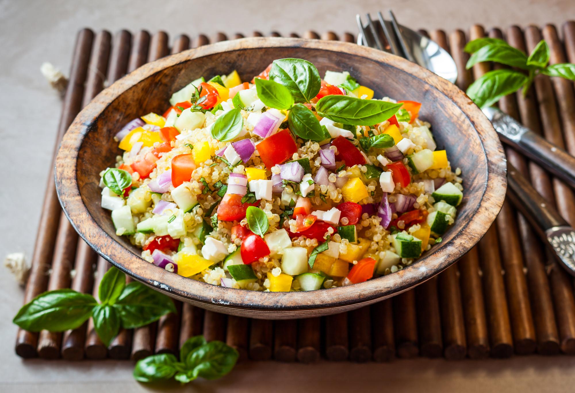 Салат из лебеды и овощей.