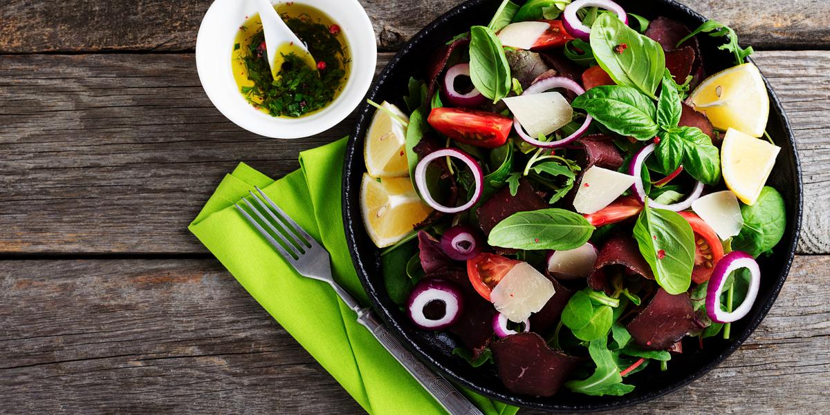Салат с бастурмой и помидорами черри: видео-рецепт