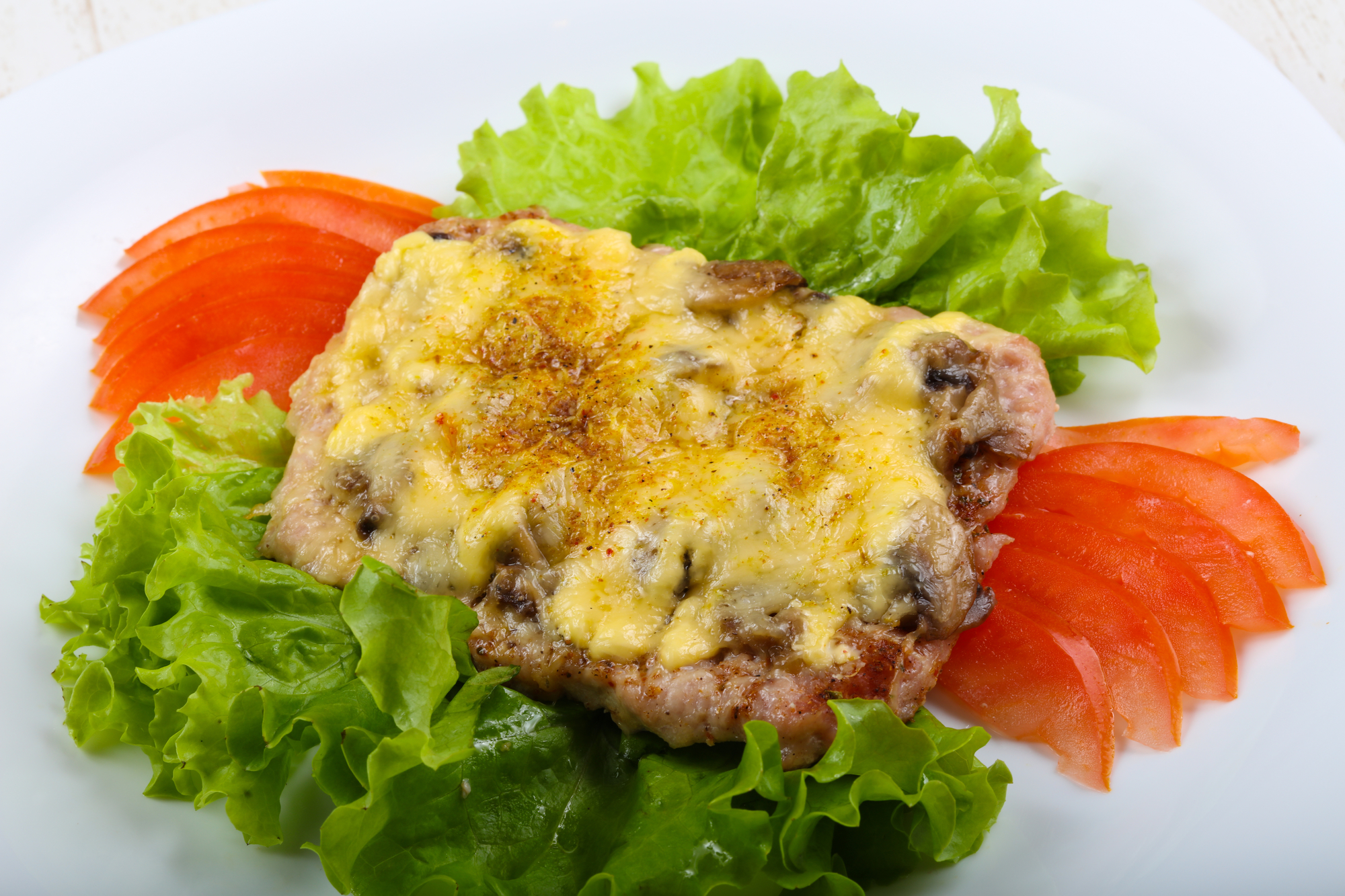 Свиной биток с грибами и сыром