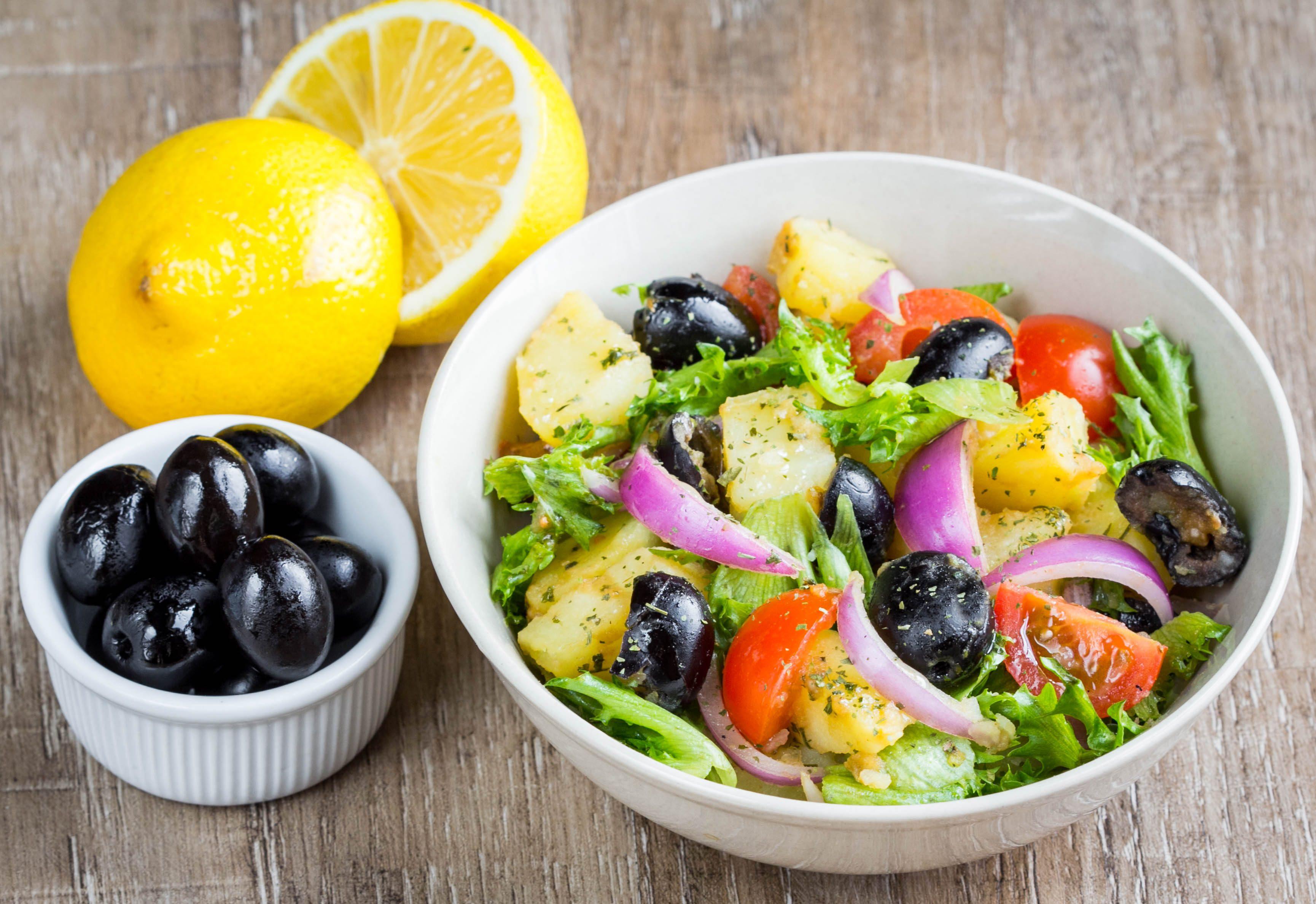 Картофельный салат с маслинами и помидорами