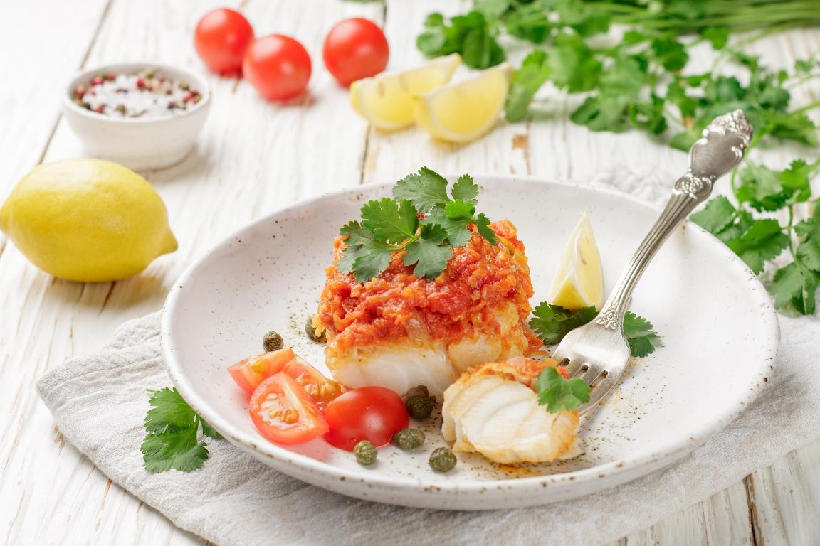 Аппетитная тушеная рыба с томатами