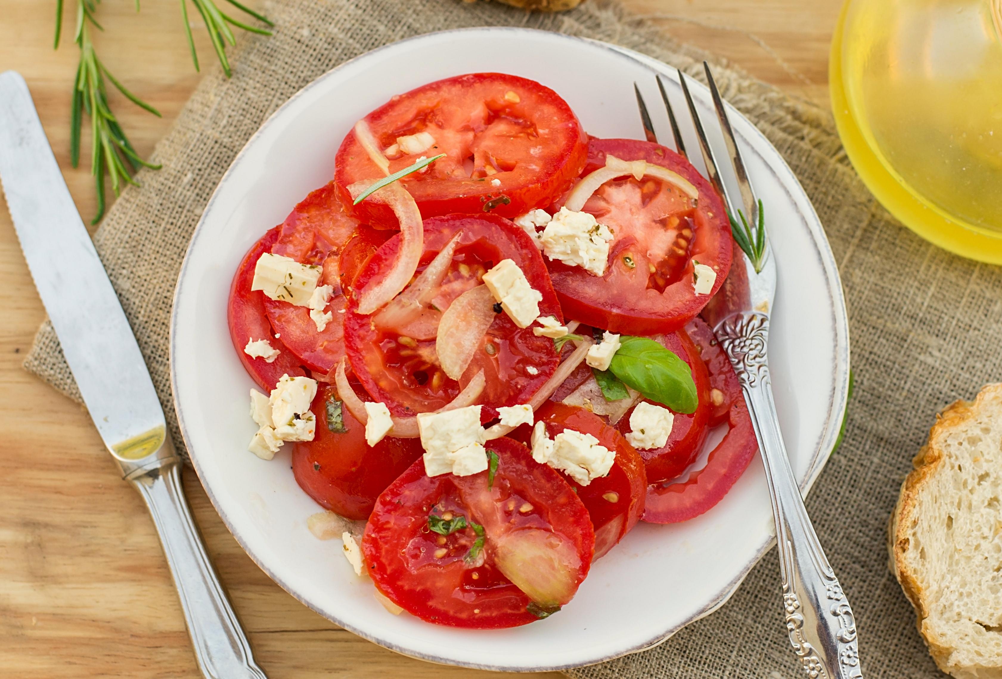 Закусочные помидоры с маринованным луком и фетой
