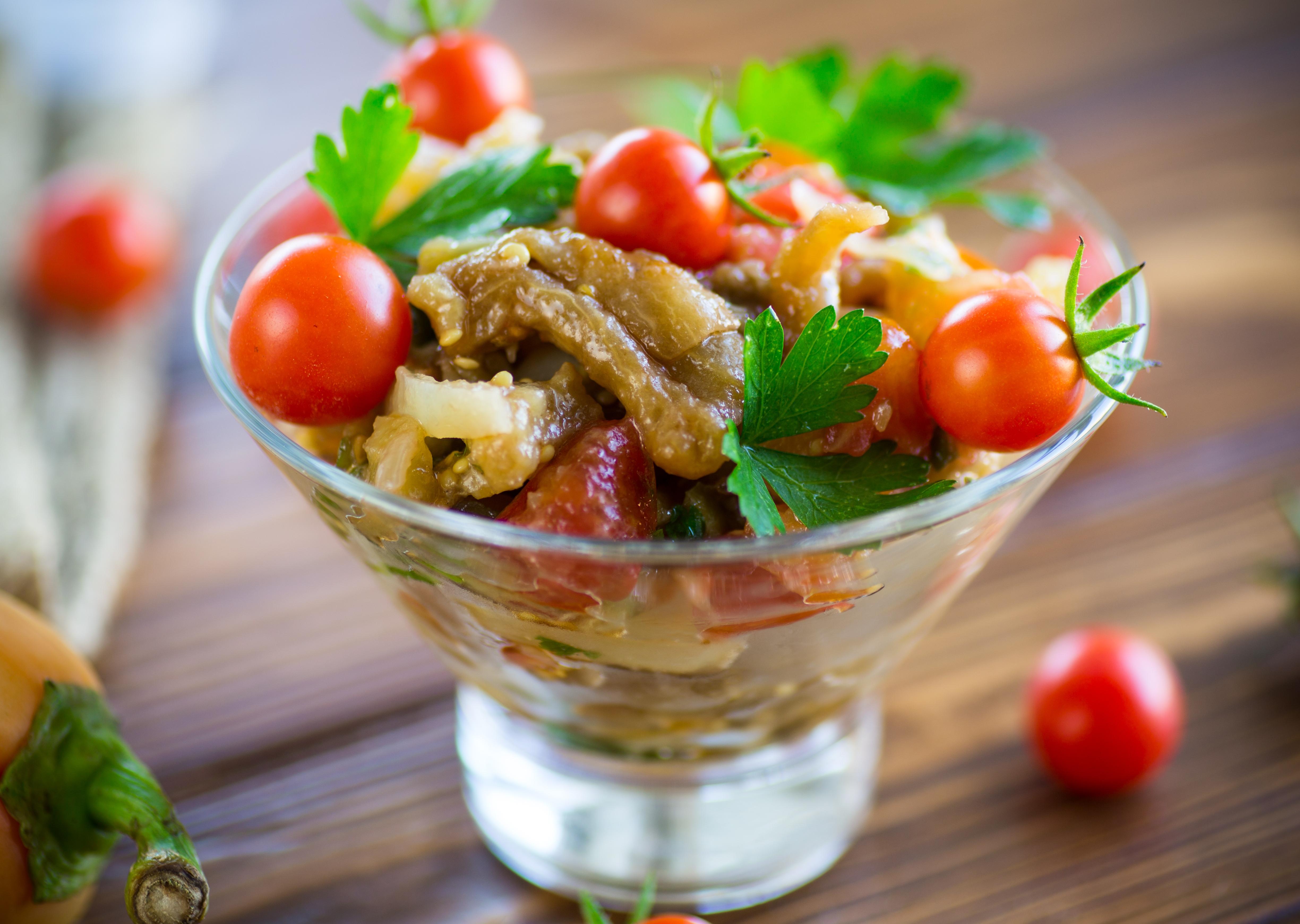 Салат из запеченных баклажанов и перца с помидорами
