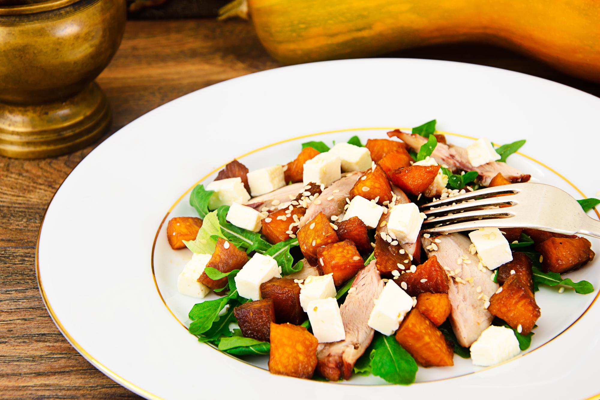 Теплый салат с копченой курицей, вареной тыквой и сыром фета
