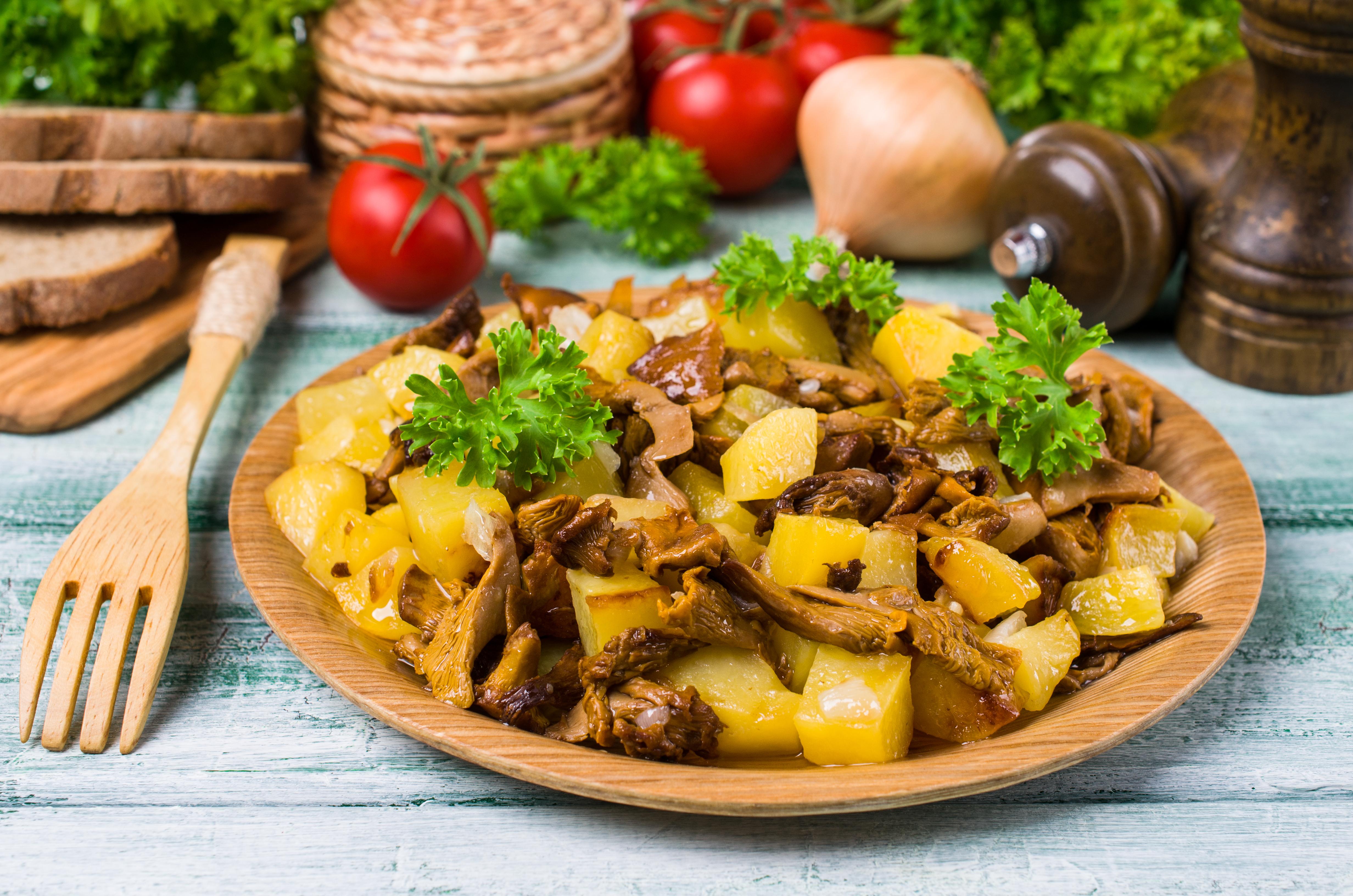 Жареный картофель с опятами и луком