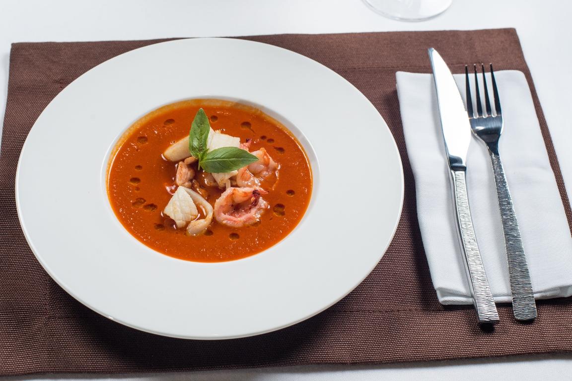 Томатный суп с кальмарами и креветками
