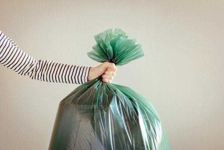 Фото Жена затеяла уборку. Мне досталась ответственная мужская работа — вынести мусор. Схватил я мешок и отправился к бакам. На улице моросил неприятный дождь. Дойдя до мусорки, я хорошенько размахнулся,