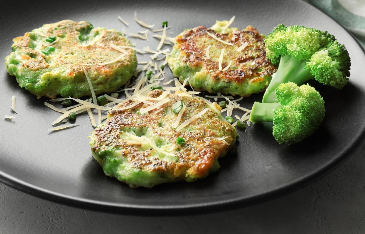 Аппетитные оладьи из брокколи с сыром