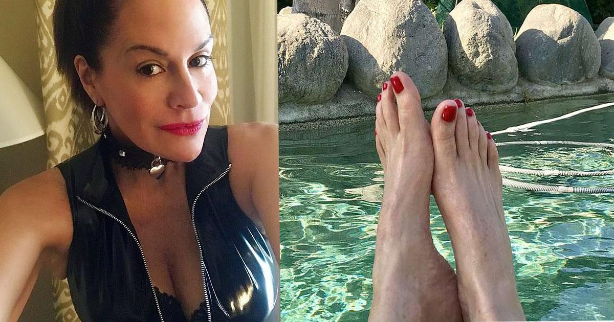 49-летняя вдова зарабатывает $4000, выкладывая фото ступней в Instagram