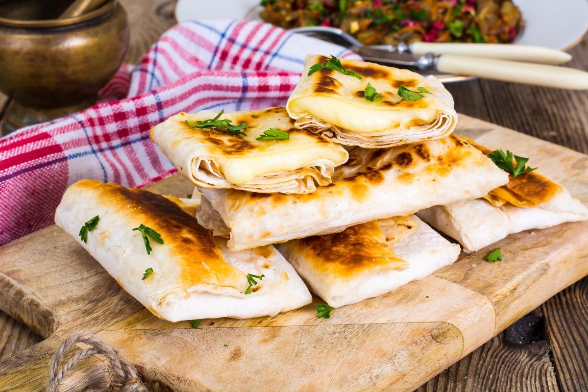 Аппетитный лаваш, жареный с сыром