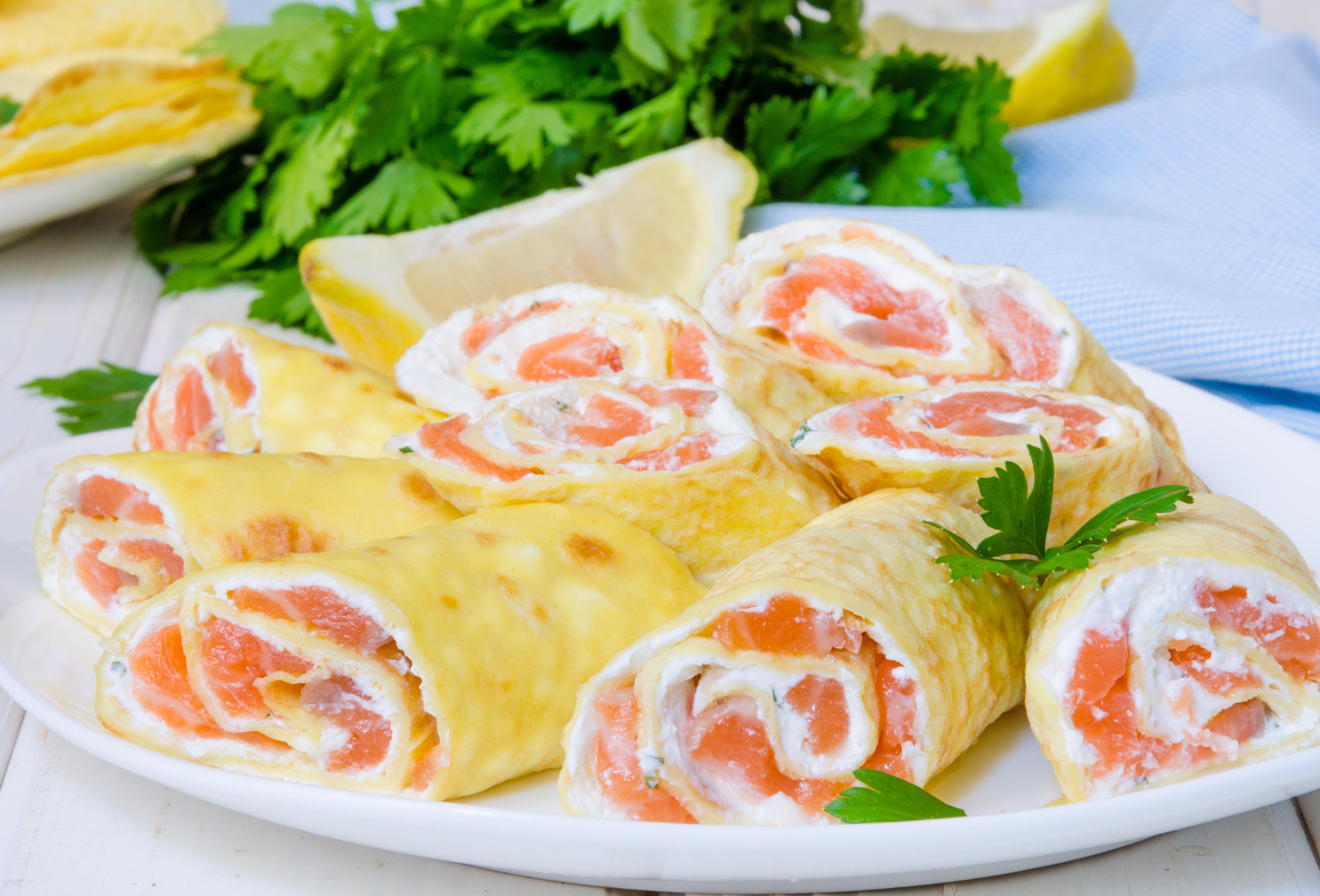 Роллы из блинов с лососем и сливочным сыром