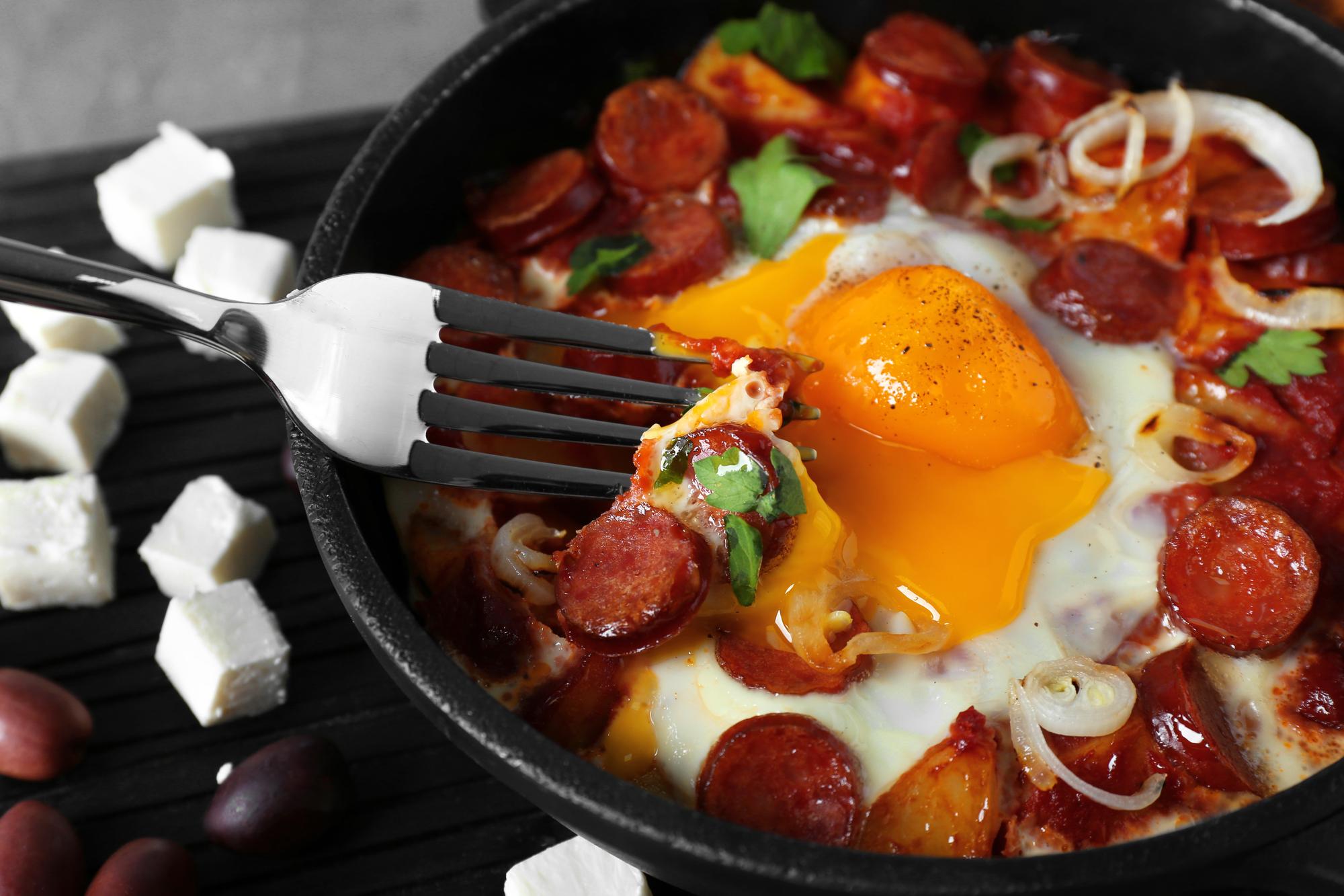 Яичница на завтрак с копченостями