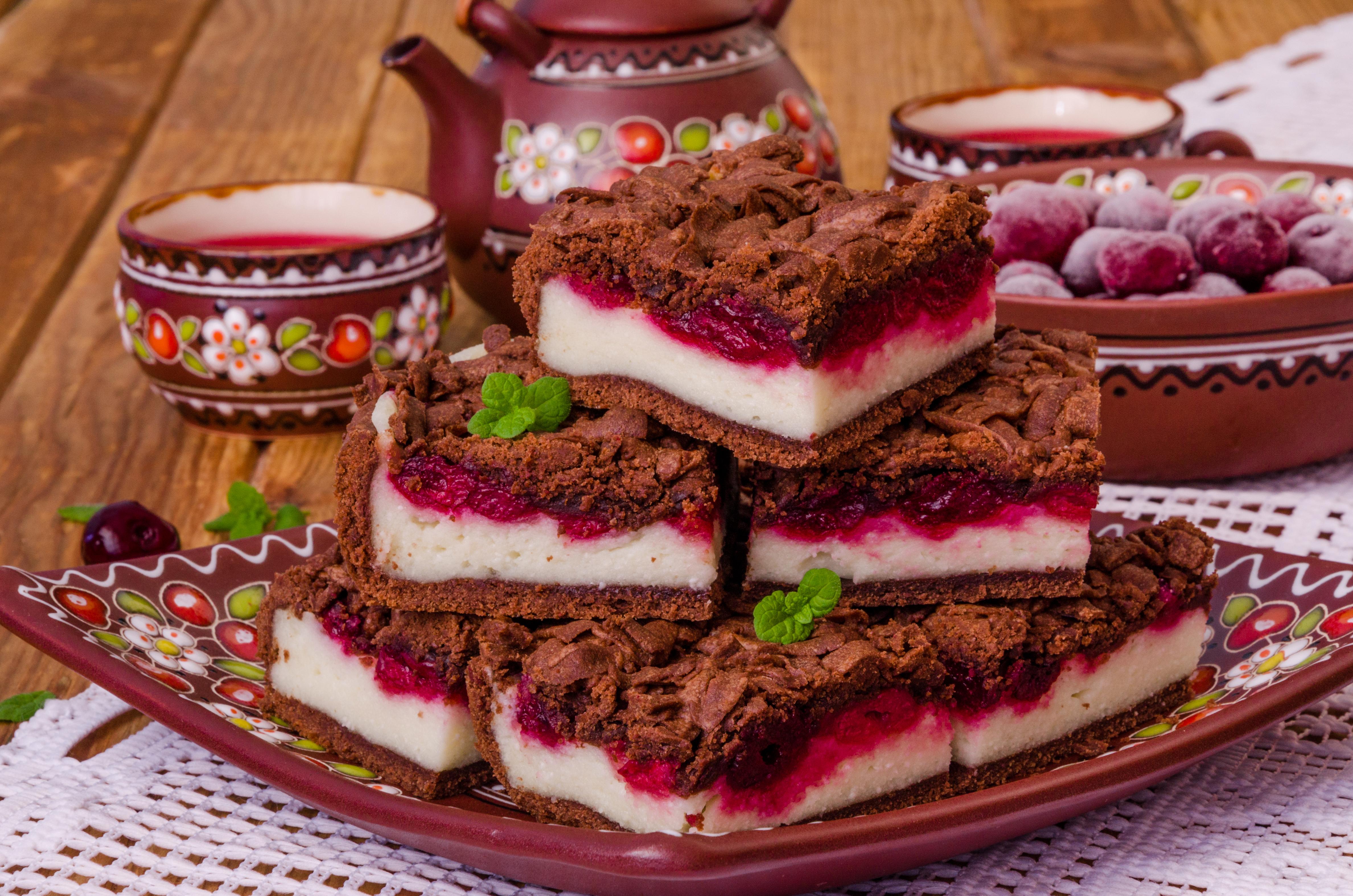 Шоколадный пирог с вишней и творогом