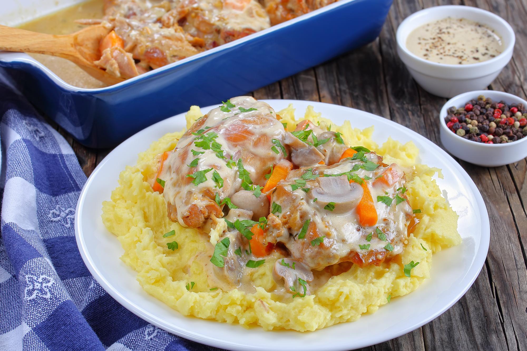 Тушеное мясо кролика в сметанном соусе с гарниром