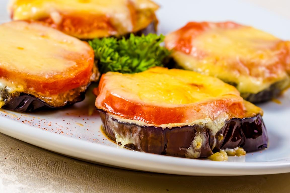 Вкуснейшие баклажаны, запеченные с помидорами и сыром