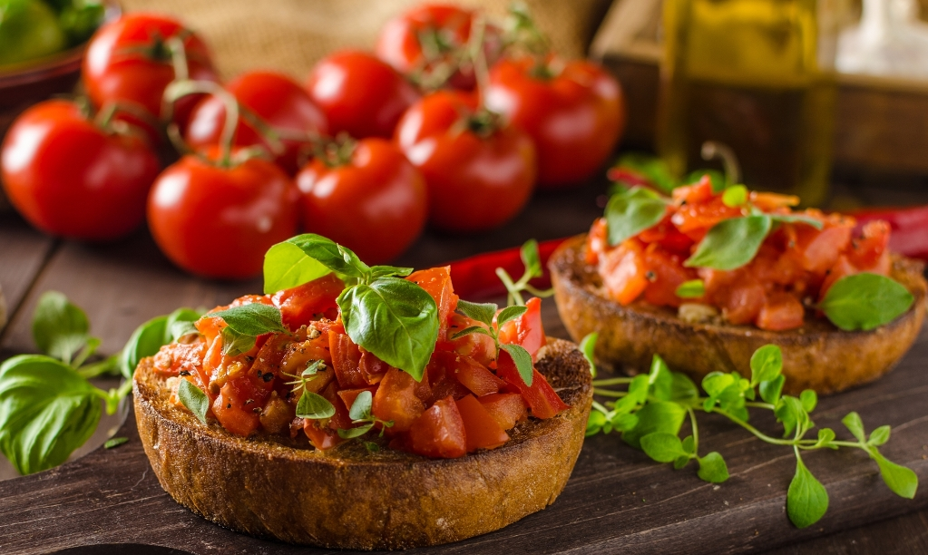 Фото Аппетитная брускетта с базиликом и помидорами
