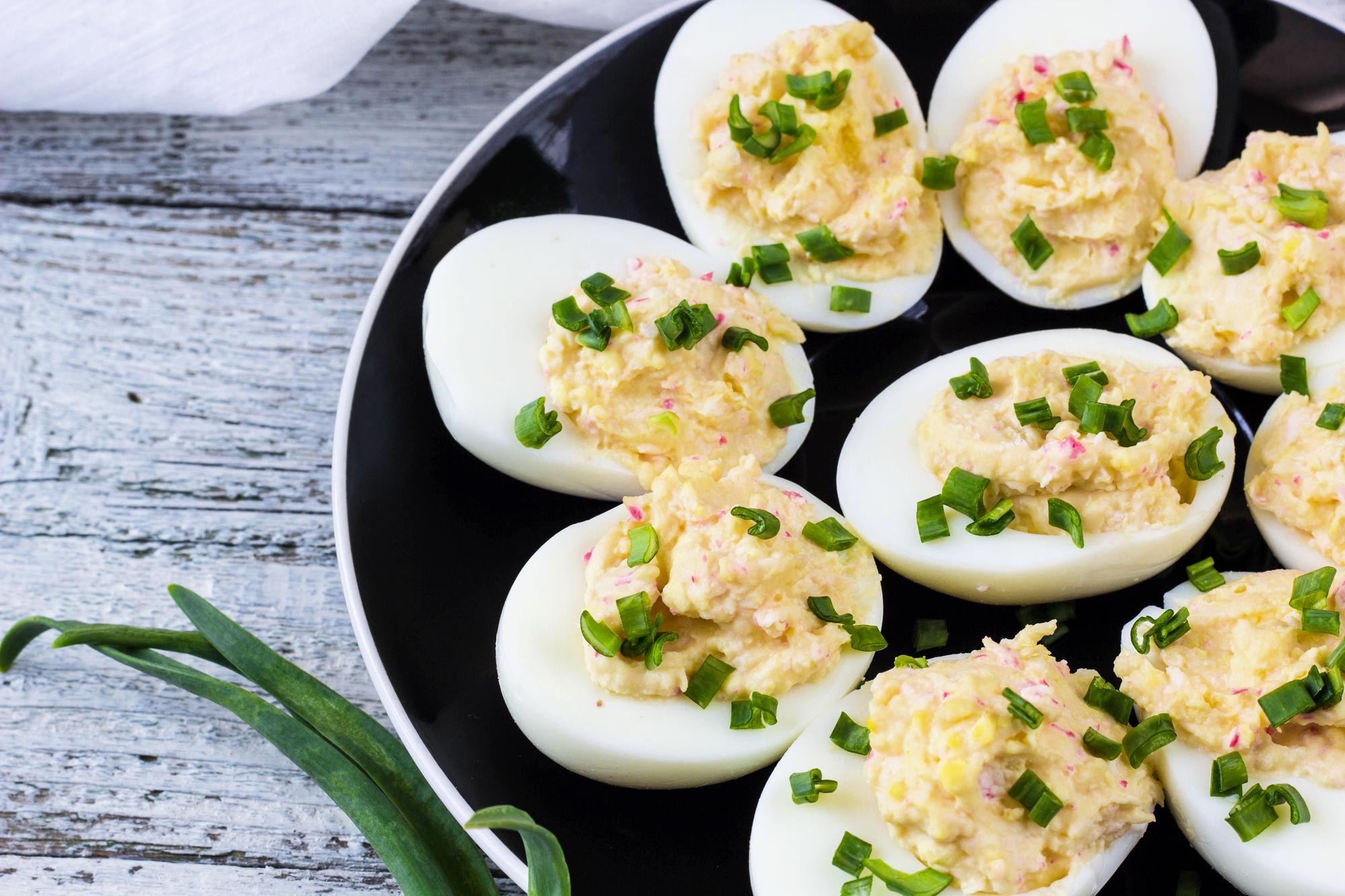 Яйца фаршированные крабовыми палочками