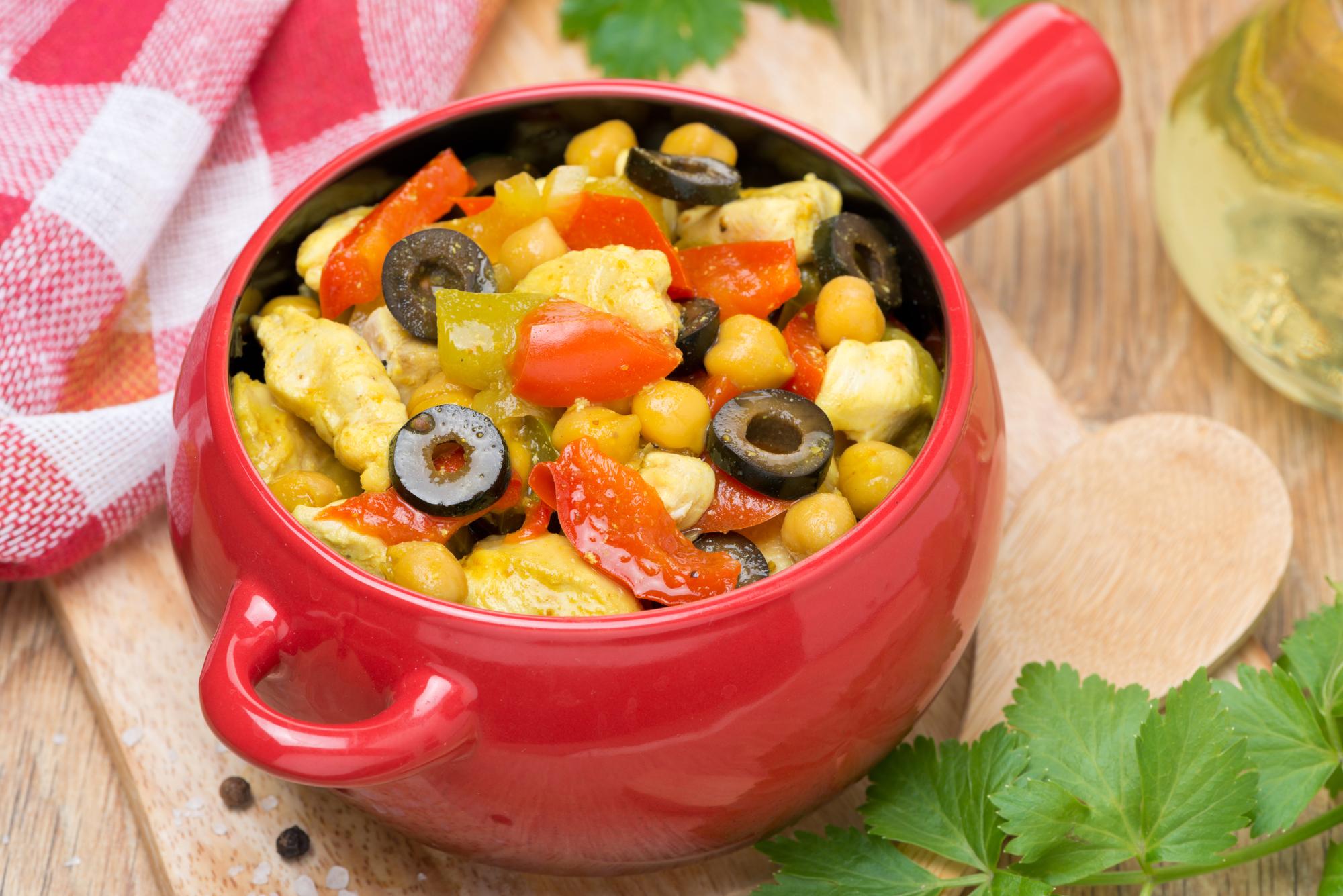 Тушеная курица с овощами и горохом нут