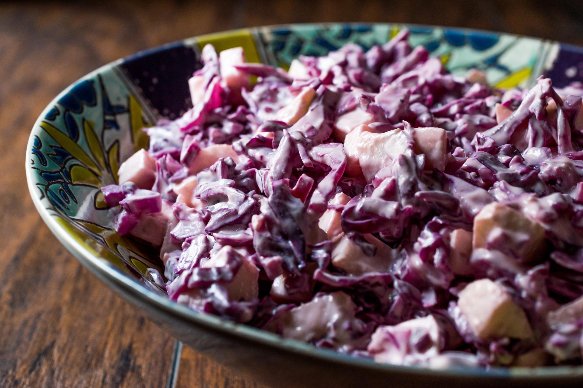 Салат из краснокочанной капусты с яблоком и йогуртом