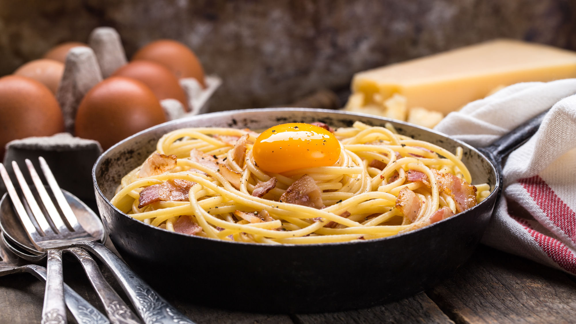 Спагетти карбонара с беконом и яйцом