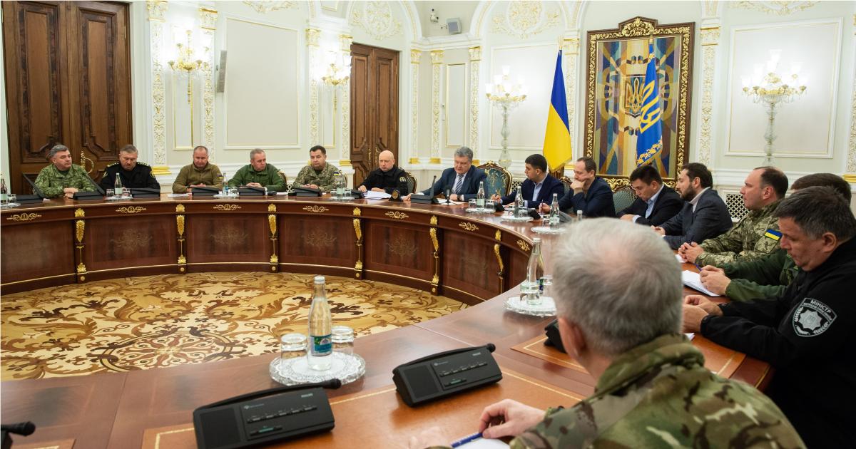Украина вводит военное положение. Что это значит  и чем грозит?