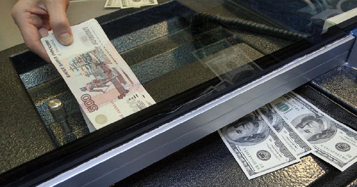 Фото Чемоданы рублей и пачки долларов. ЦБ: в банках РФ тайно скупают валюту