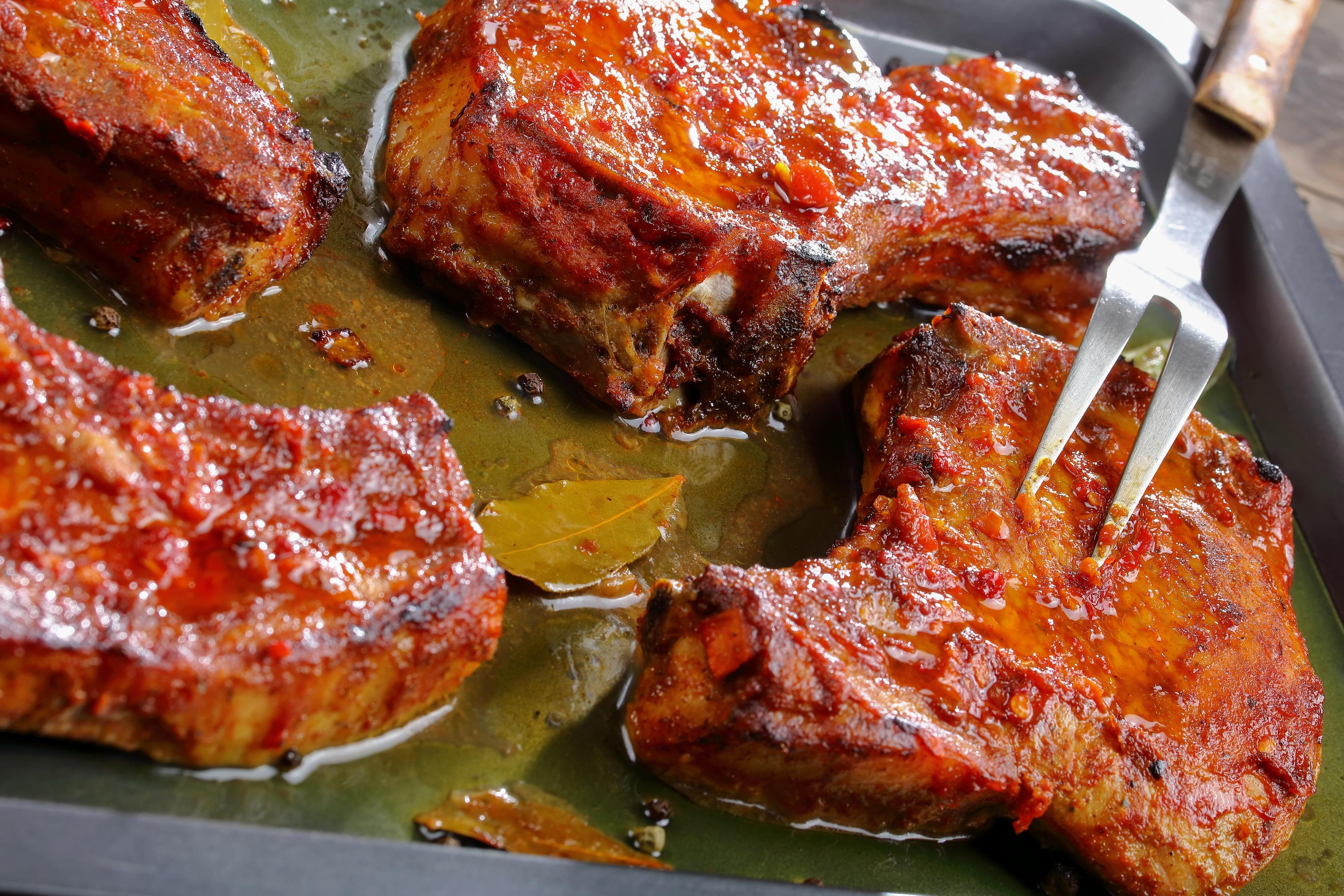 Свиные стейки в пикантном маринаде в духовке