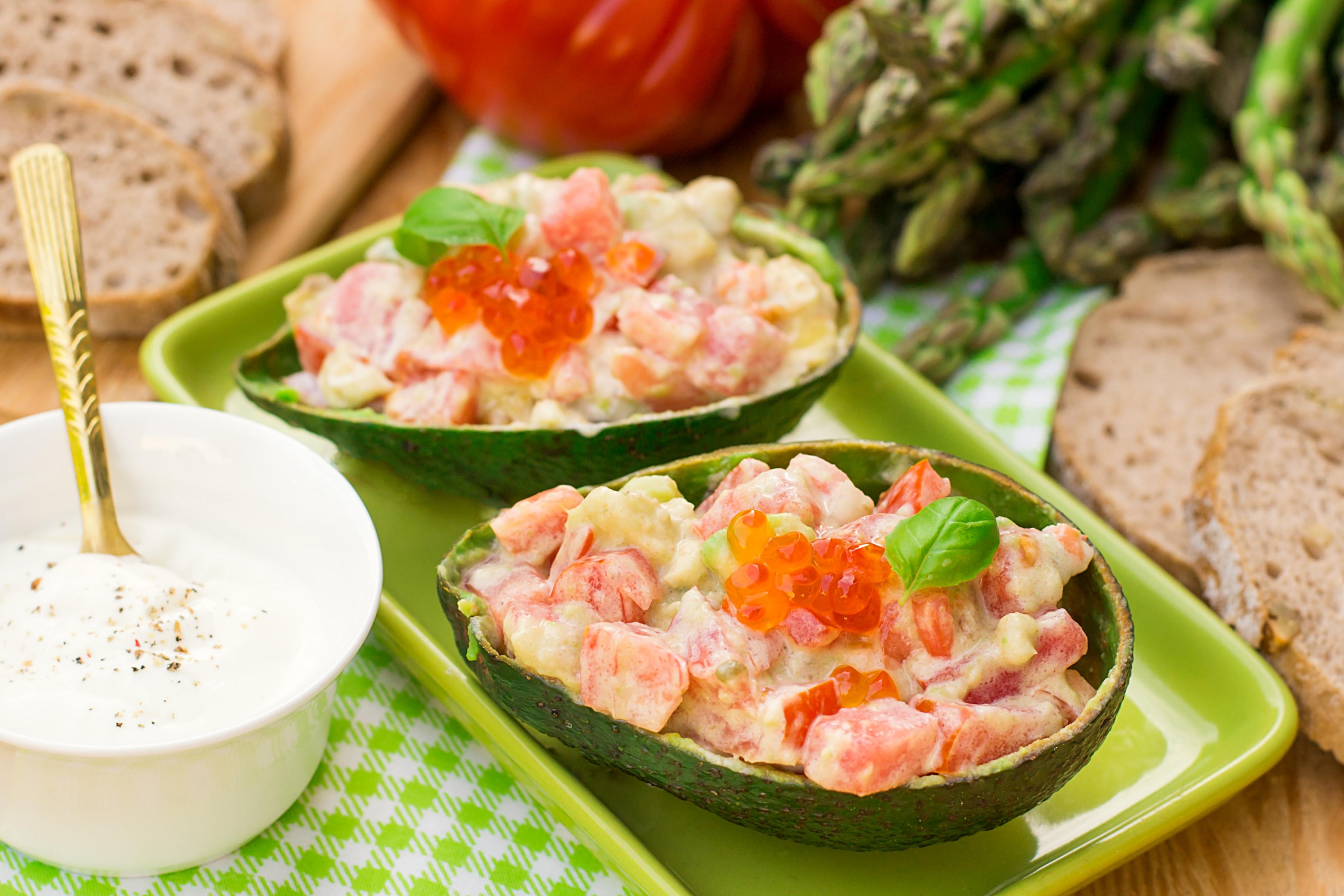 Салат из авокадо с помидорами и пикантной заправкой