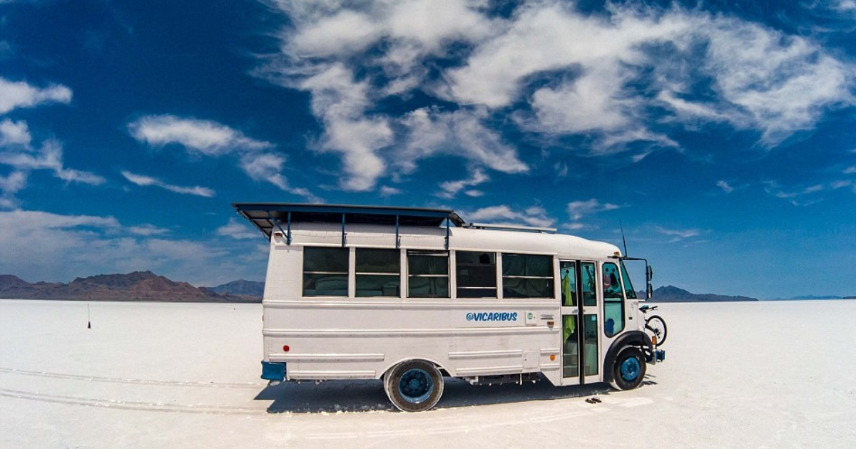 Фото Современные кочевники: семейная пара живет в школьном автобусе