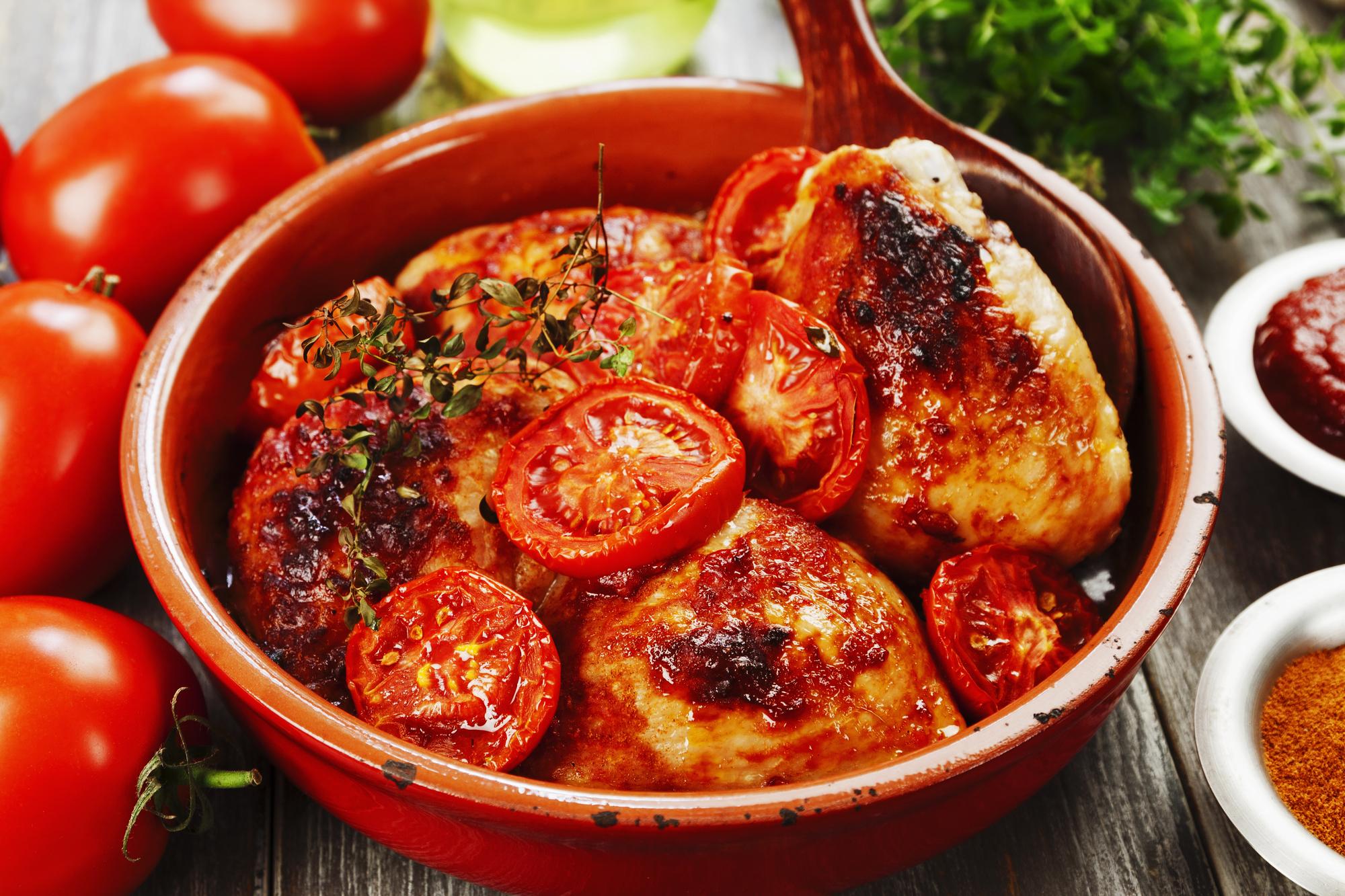 Запеченные куриные бедрышки в томатном соусе