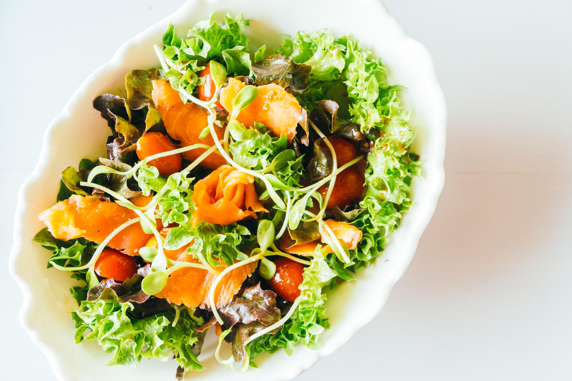Овощной салат с копченым лососем