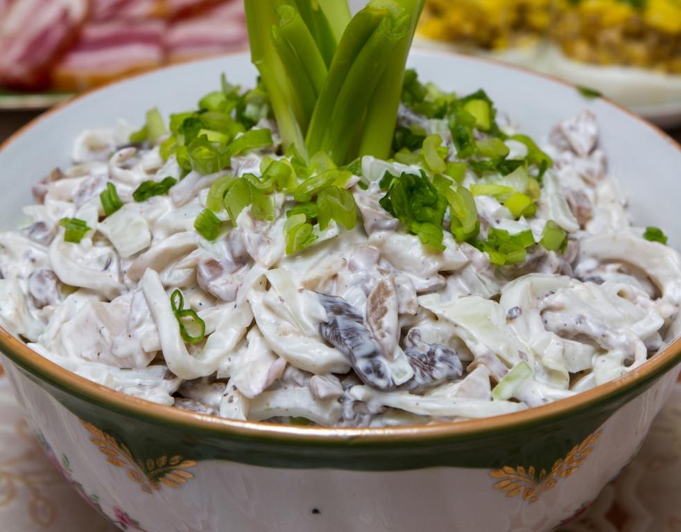 Домашний салат из кальмаров с грибами