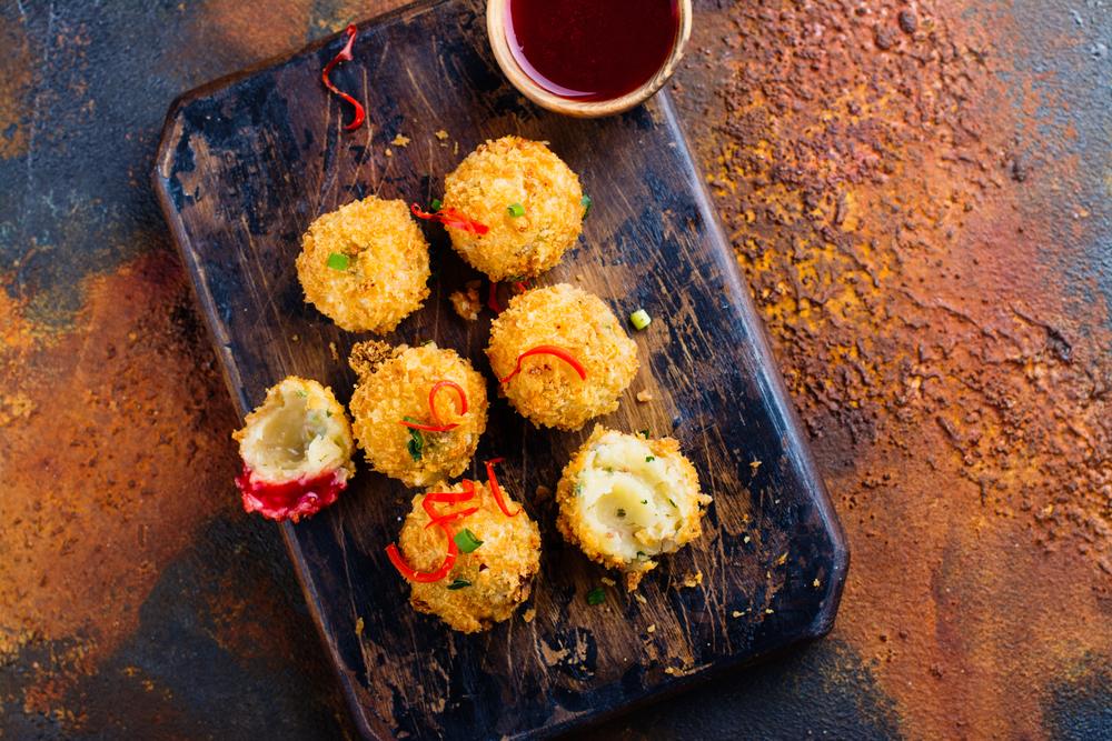 Жареные сырные шарики в клюквенном соусе