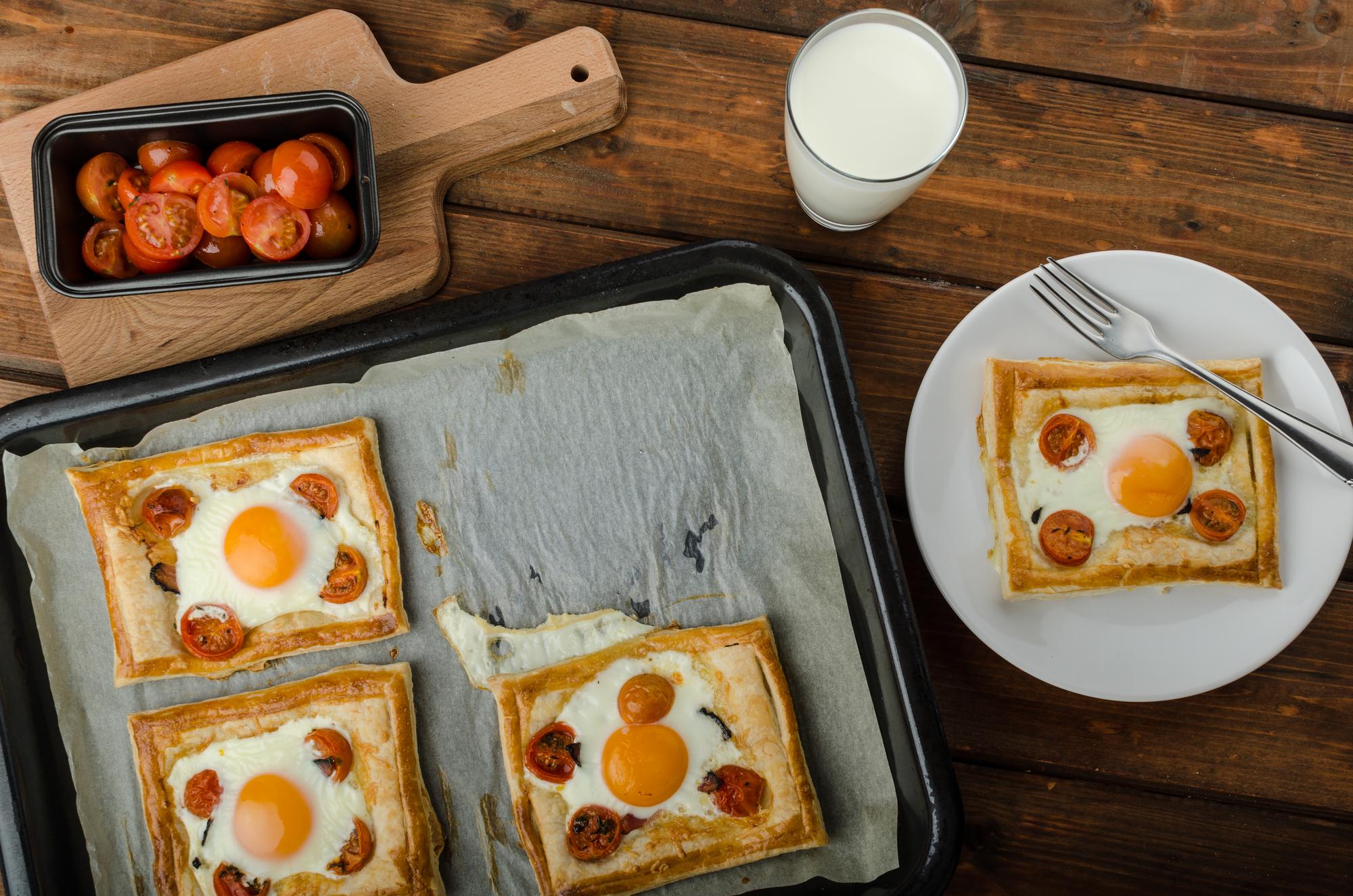 Слойки с яйцом и беконом