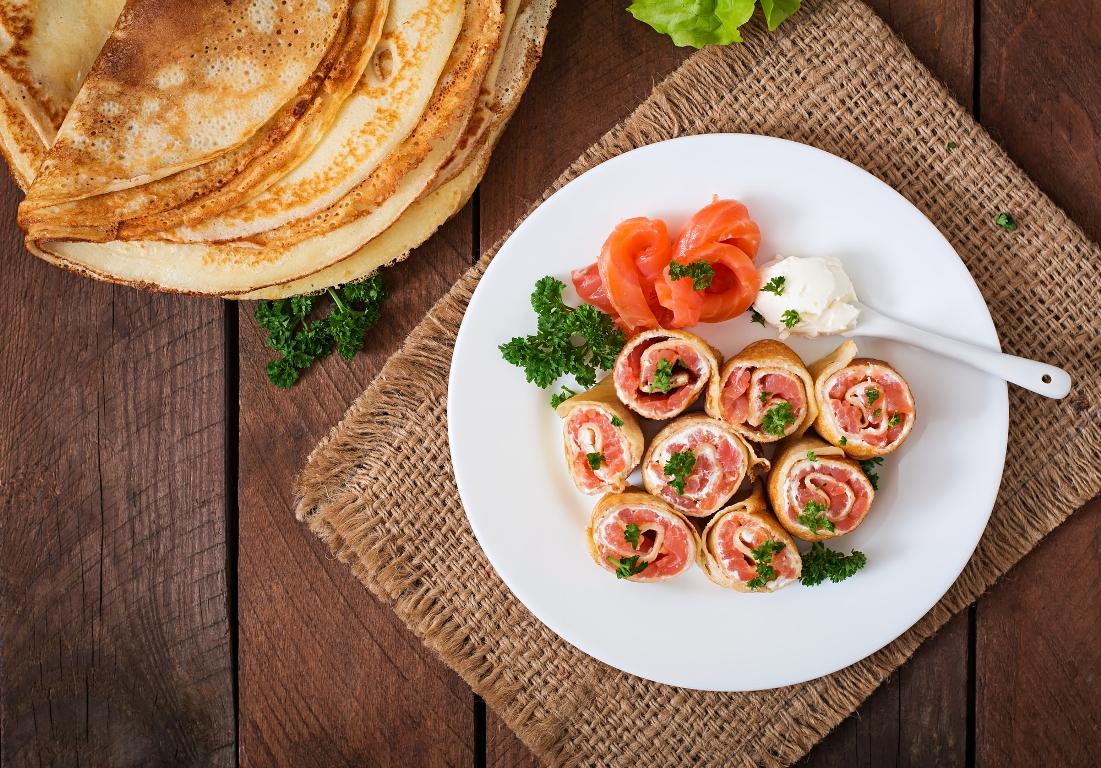 Аппетитные рулетики из блинов с лососем