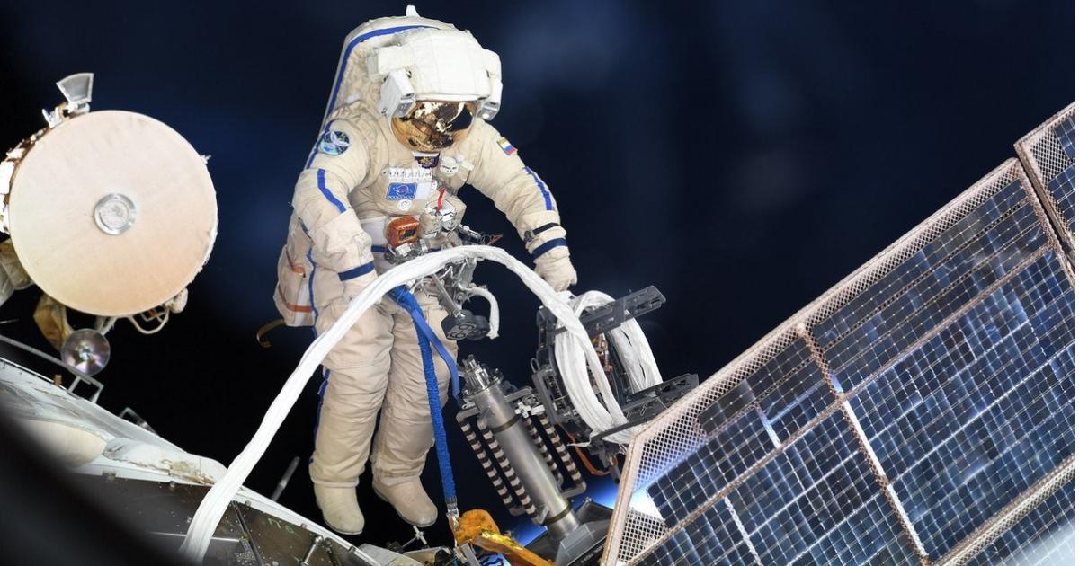 Дыра в космической станции. Космонавты не знают, как она появилась.