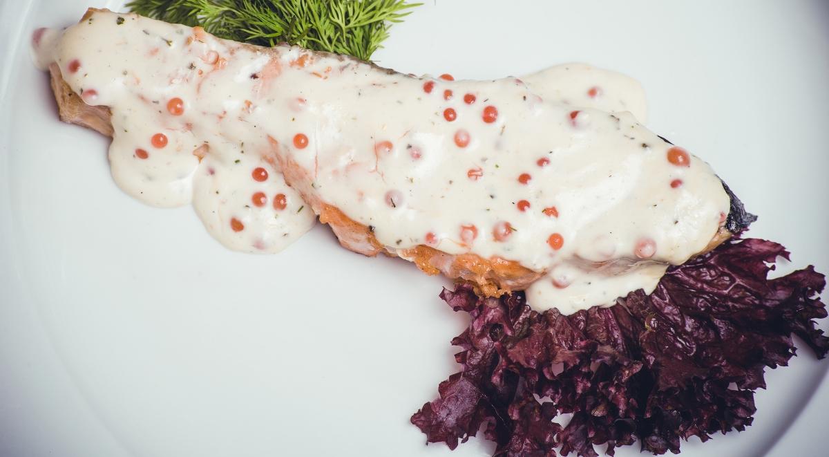 Нежнейшая красная рыба в сливочно-икорном соусе