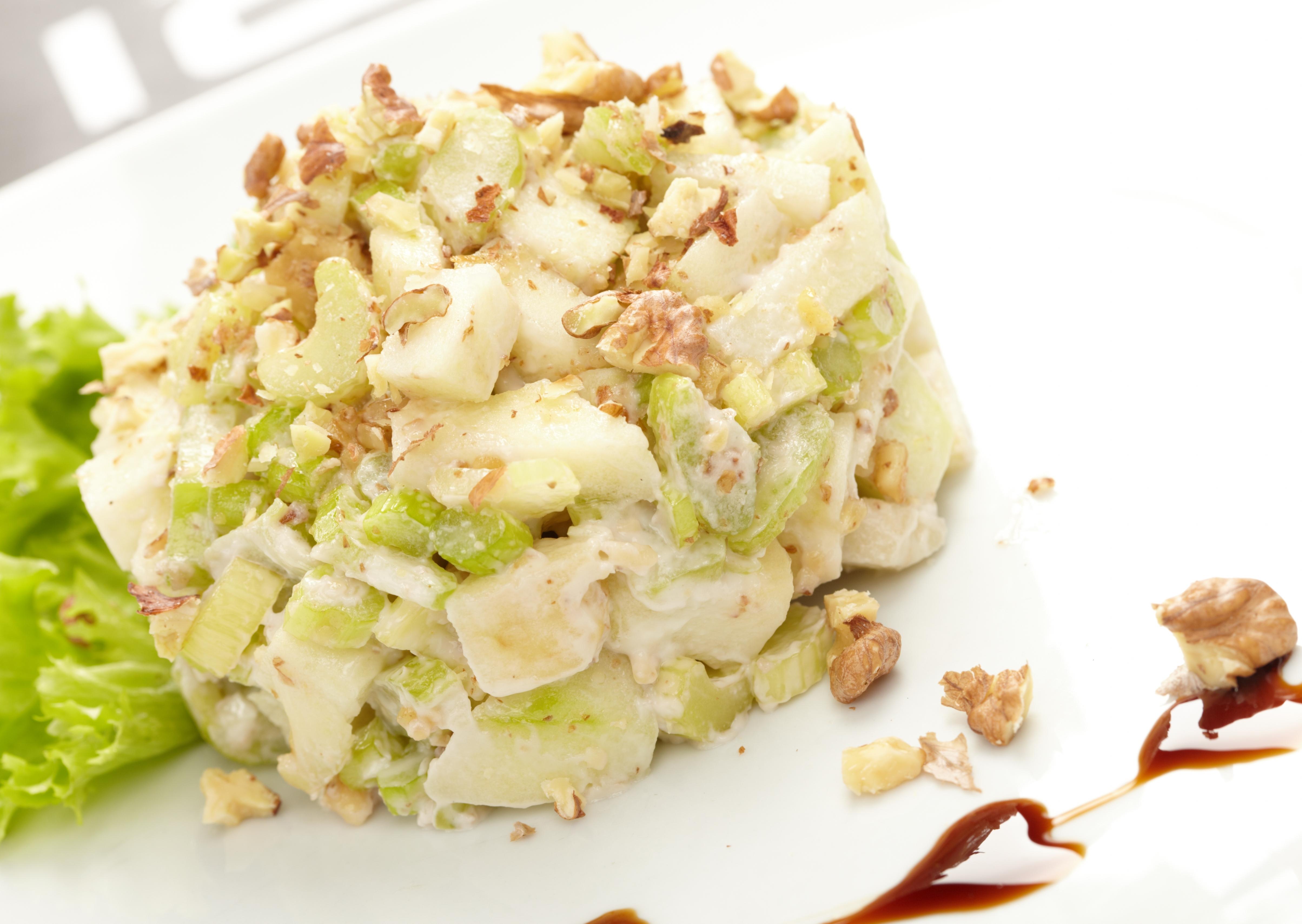 Салат с яблоками, сельдереем и грецкими орехами