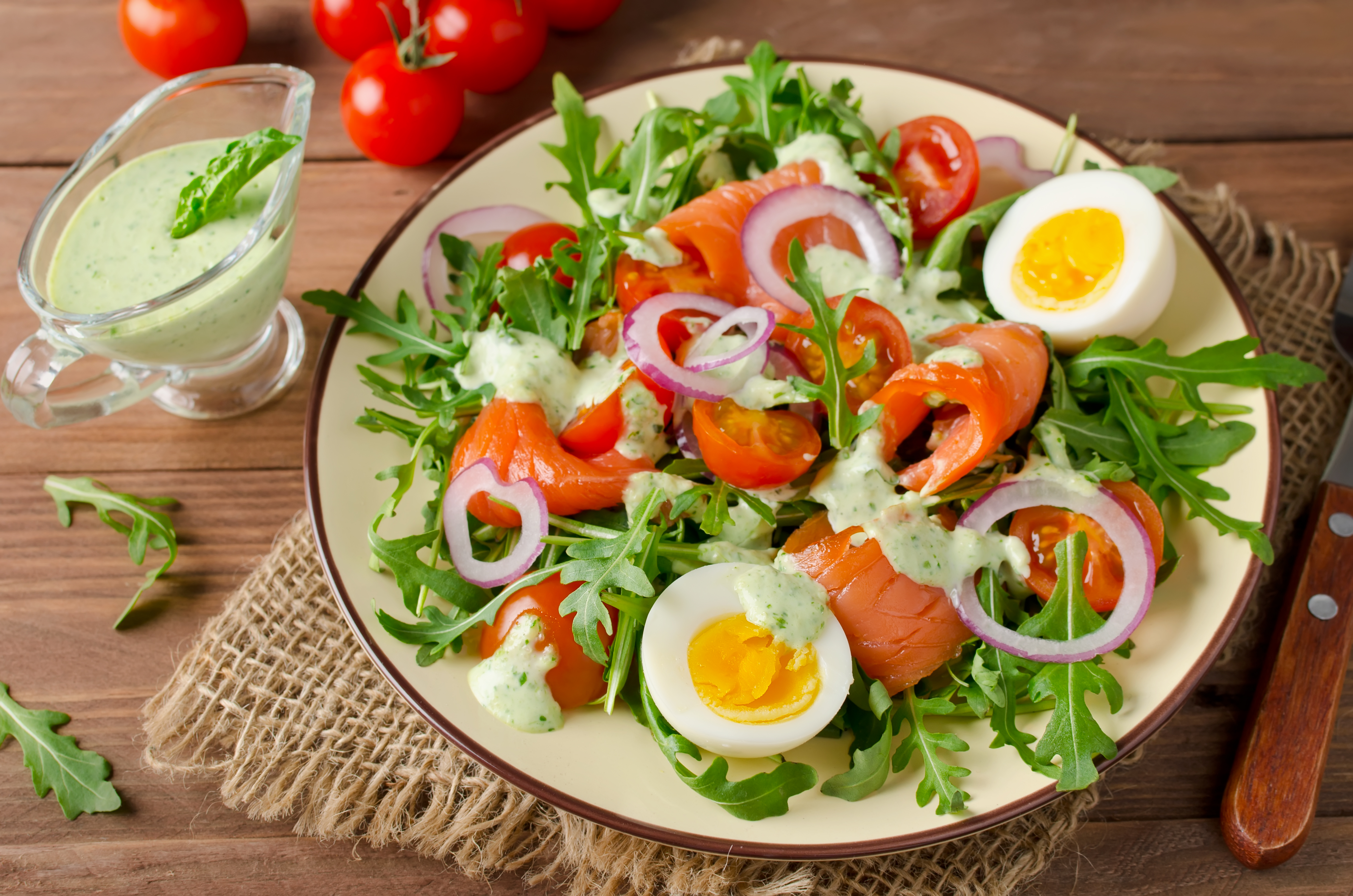 Салат с лососем, рукколой и соусом из шпината