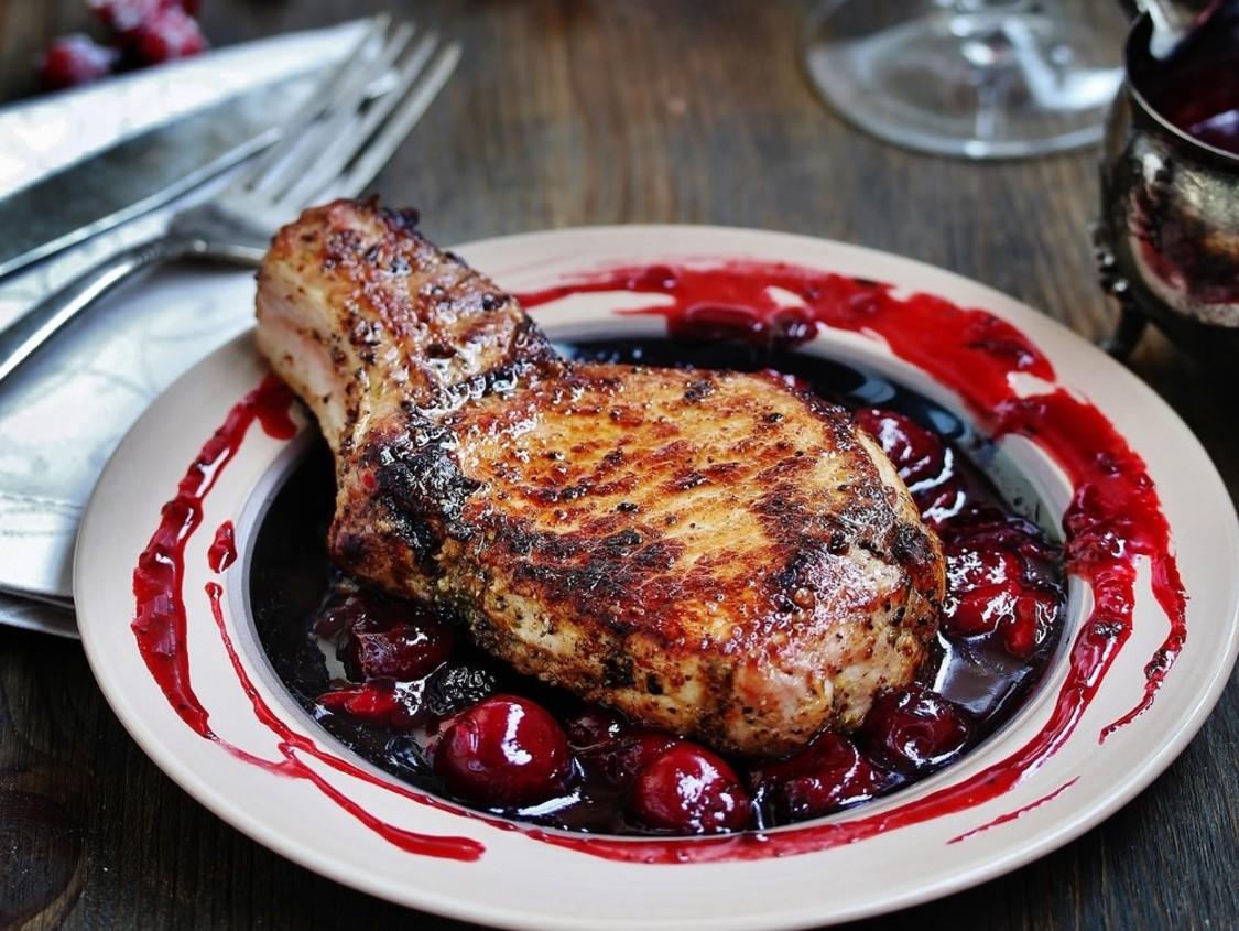Свиной стейк с вишнёвым соусом