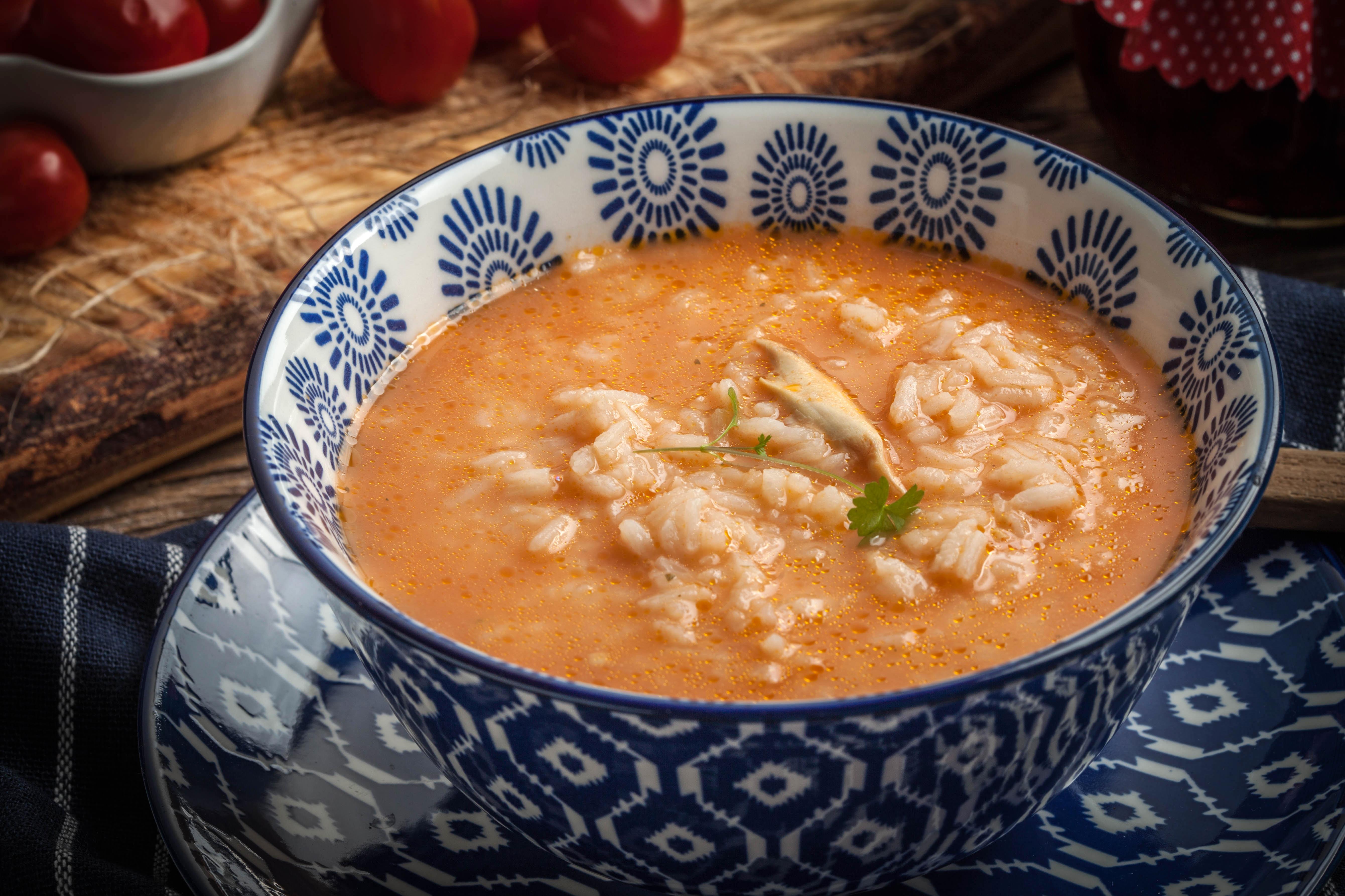 Пикантный томатный суп с рисом и курицей