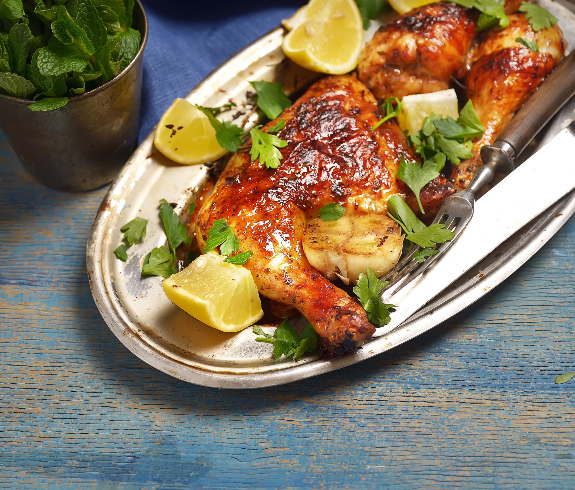 Жареные куриные окорочка с лимонным соком и чесноком