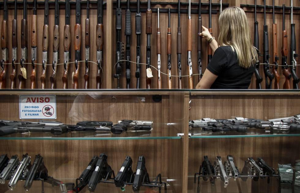 Photo of La política de armas de Bolsonaro y las mujeres