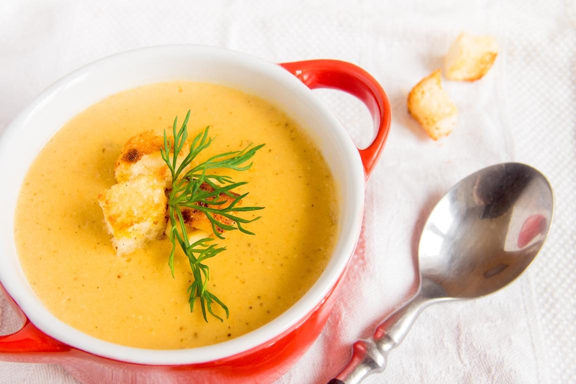 Аппетитный суп-пюре из чечевицы с сухариками