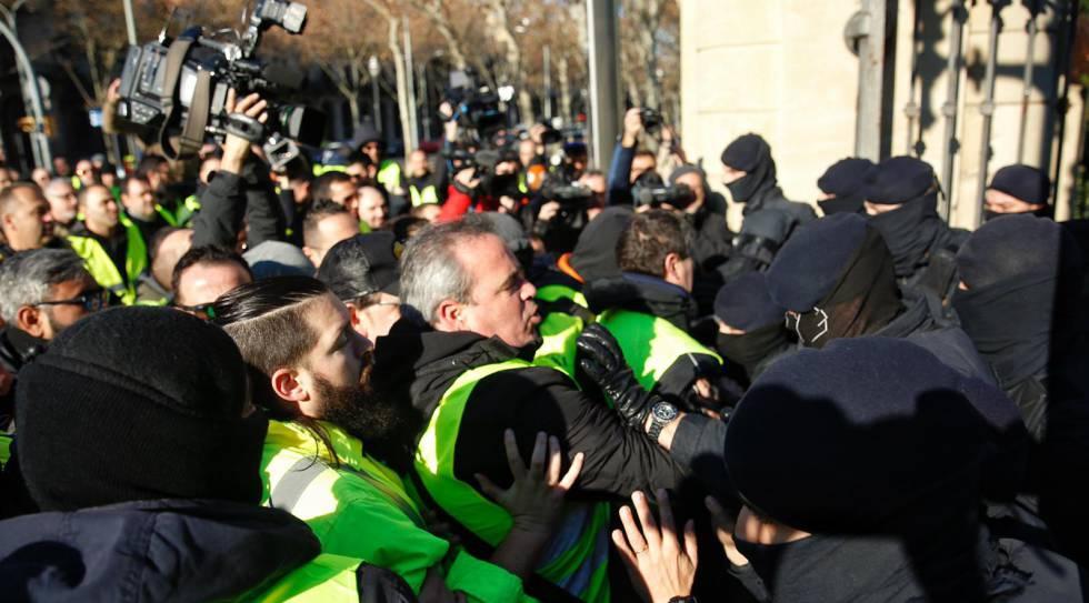 Photo of Los taxistas de Barcelona cortan la Ronda Litoral y entran en el puerto