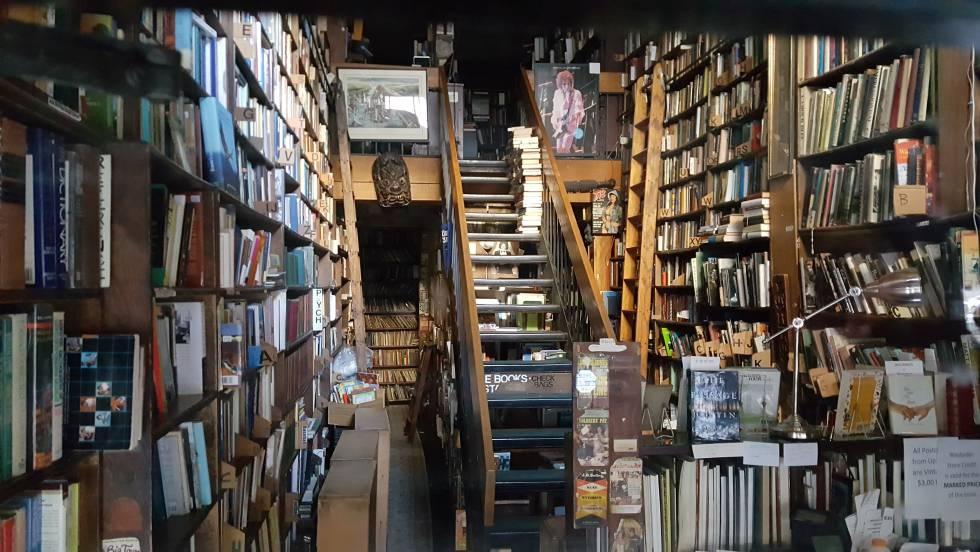 Photo of Los vecinos de un barrio en Nueva York salvan su librería