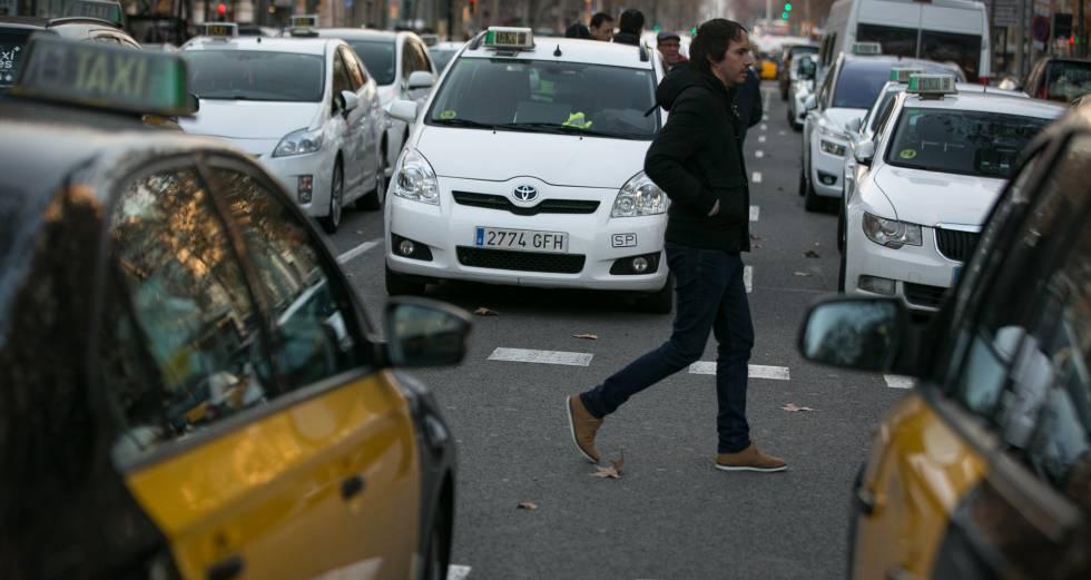 Photo of Colau presiona al Govern para que blinde al sector del taxi