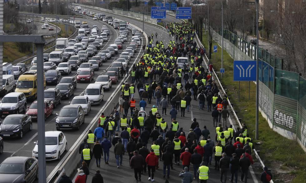 Photo of Los taxistas endurecen la huelga en Madrid tras cortar los accesos al aeropuerto y a Ifema
